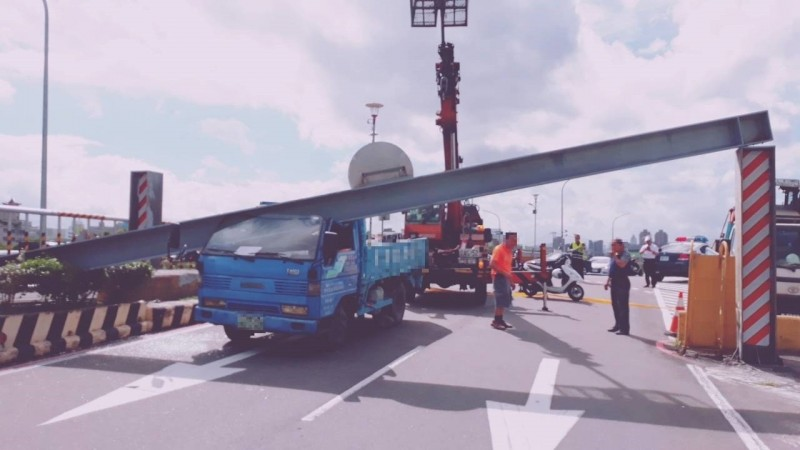載推土車撞斷限高桿 駕駛乘客受困車內