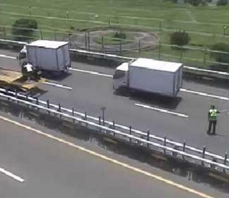 警方在事故現場指揮交通。(記者徐聖倫翻攝)
