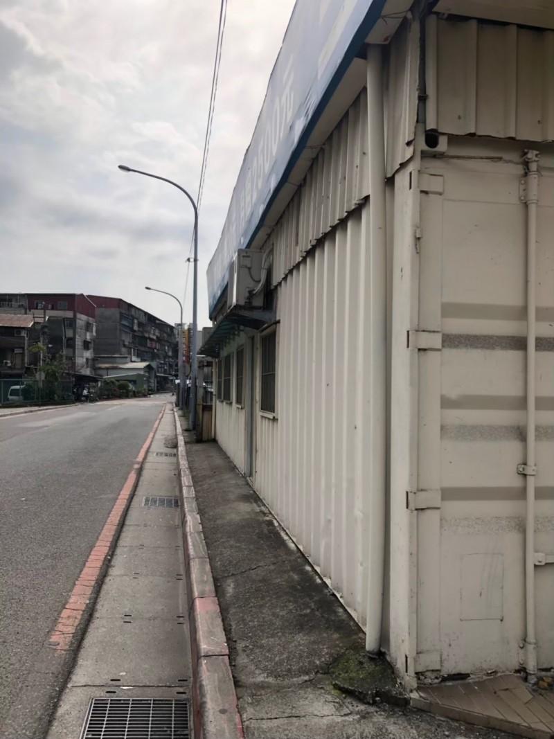 占公有地設停車場出租 新北市府拆違建闢步道機車格