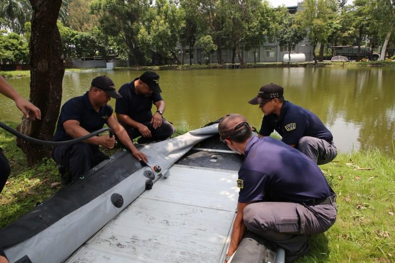 為因應丹娜絲颱風來襲,海軍192艦隊水下作業大隊在台南官田、屏東林邊等地區進行抽水機裝載作業。(海軍司令部提供)