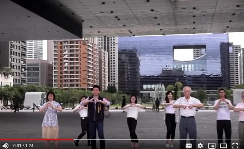 台中市政府交通局拍攝的《路口慢看停》宣傳影片,由局長葉昭甫(前排左2)及道安委員演出,內容引發網友討論。(記者張菁雅翻攝)