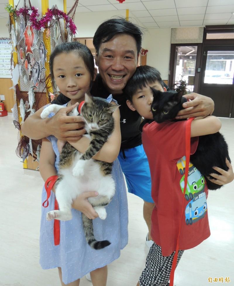 台灣地理永續再生發展協會理事長邱奕浩(中),飼養10隻流浪貓。(記者江志雄攝)