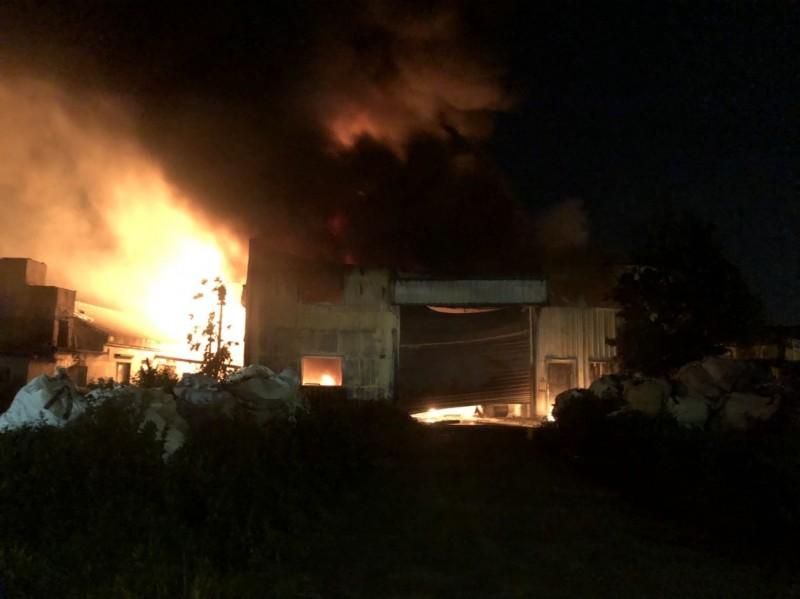 彰化福興油漆鐵皮工廠起火,傳出爆炸聲,全力搶救中。(記者劉曉欣翻攝)