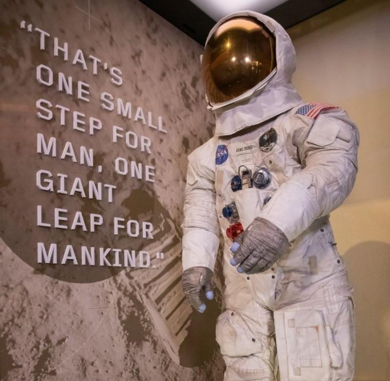阿姆斯壯太空衣13年來於昨日「登月50週年」重新亮相,在史密森尼國家航太博物館展出。(歐新社)