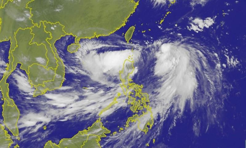 由於目前丹娜絲颱風旁邊還有一個低氣壓發展,針對是否會有雙颱出現,氣象局表示,不能完全排除。(圖擷自氣象局)