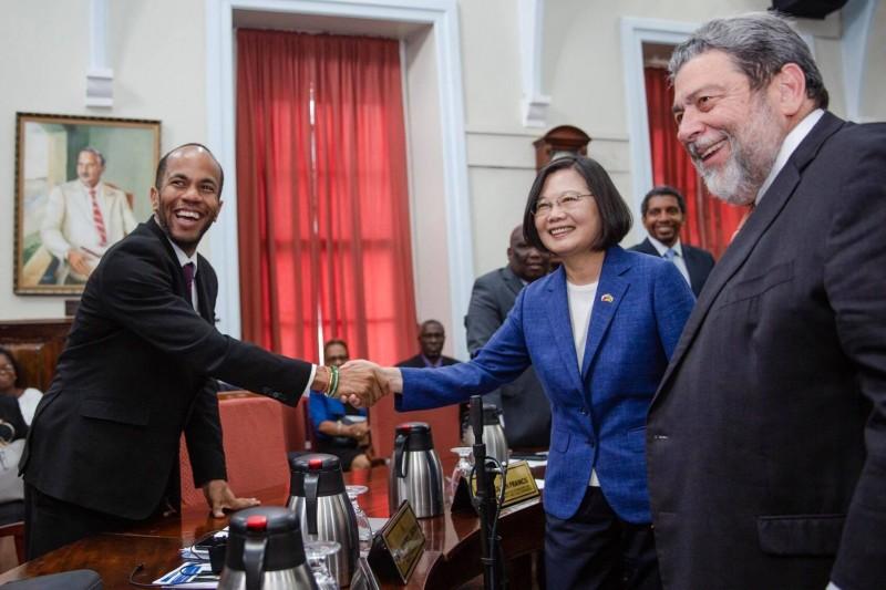 聖文森挺台衛生部長喊「我愛台灣」 小英這張握手照網暴動!