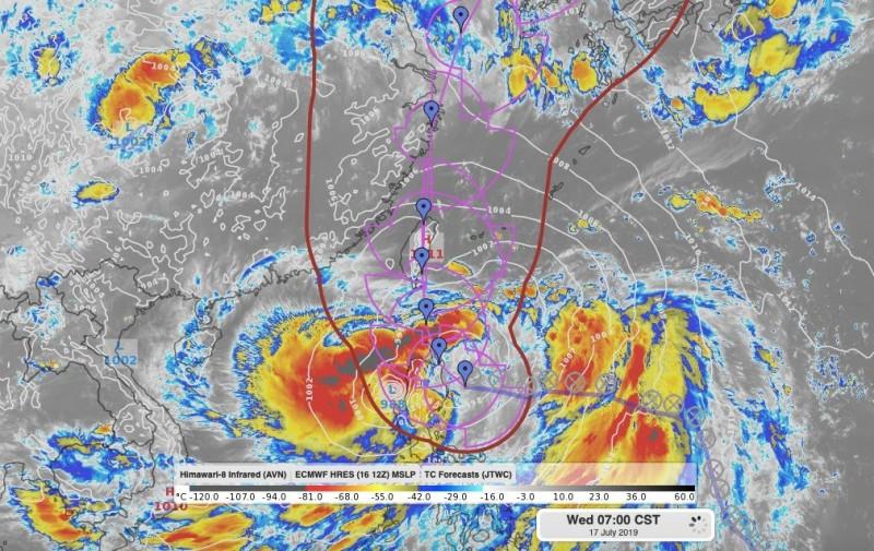 天氣風險公司分析師賴忠瑋指出,丹娜絲颱風中心目前在呂宋島東方海面,但在其西側已逐漸有一個副中心的環流正在建立,且主要水氣和雲系都在副中心環流周圍。(圖擷自氣象主播 賴忠瑋臉書)