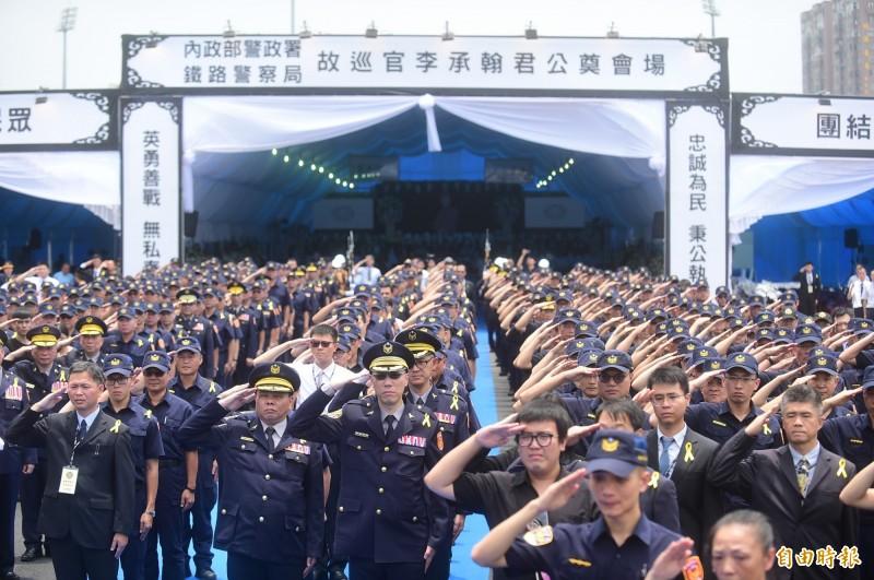 勇警李承翰告別式昨天上午舉行,警察同袍列隊向他致意,護送他最後一程!(資料照,記者廖耀東攝)