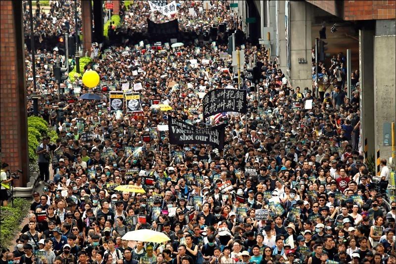 反送中運動在香港遍地開花,14日有多達11.5萬人參加新界沙田區反送中遊行。(美聯社)