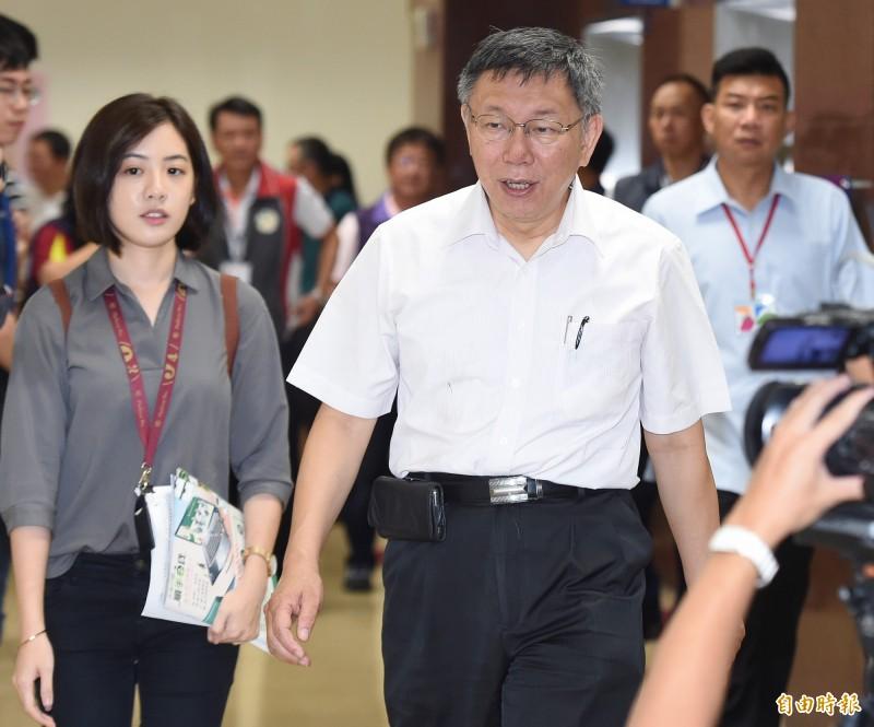 台北市長柯文哲(右)今早出席市長與里長市政座談會。(記者廖振輝攝)