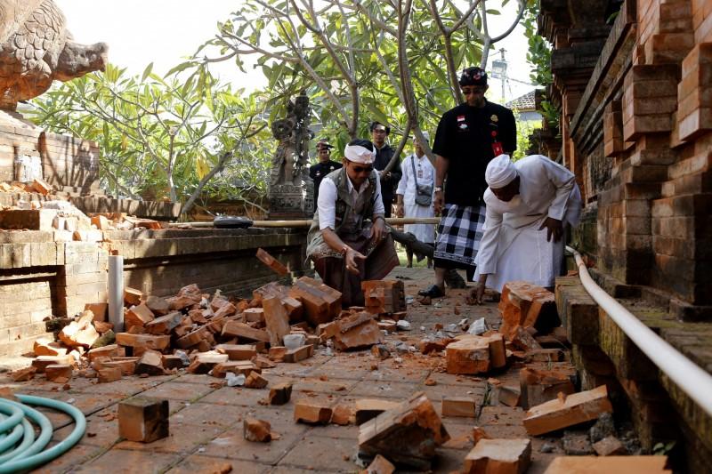 在這次地震中受災最嚴重的是南哈馬拉縣(South Halmahera),此處位於人煙稀少的地區,但震後有近1000所房屋遭到破壞,超過3000人因為擔心餘震而在政府大樓和學校避難。(美聯社)