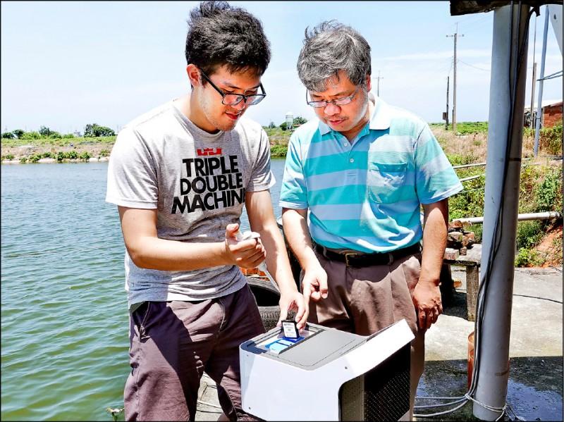 中正大學奈米生物檢測科技中心主任王少君(右)帶領學生往返嘉義在地合作的魚塭,架設感測器並反覆測試技術。(記者王善嬿攝)
