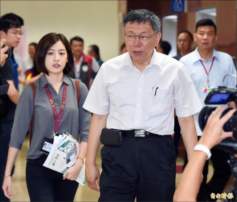 台北市長柯文哲(右)17日出席市長與里長市政座談會(南港區),會前受訪。(記者廖振輝攝)