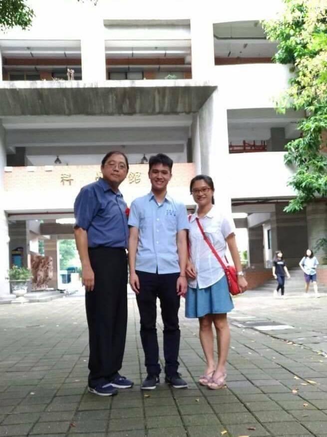 莊鳴鐸(中)與導師劉奕昇(左一)及母親(右一)合影。(板橋高中提供)