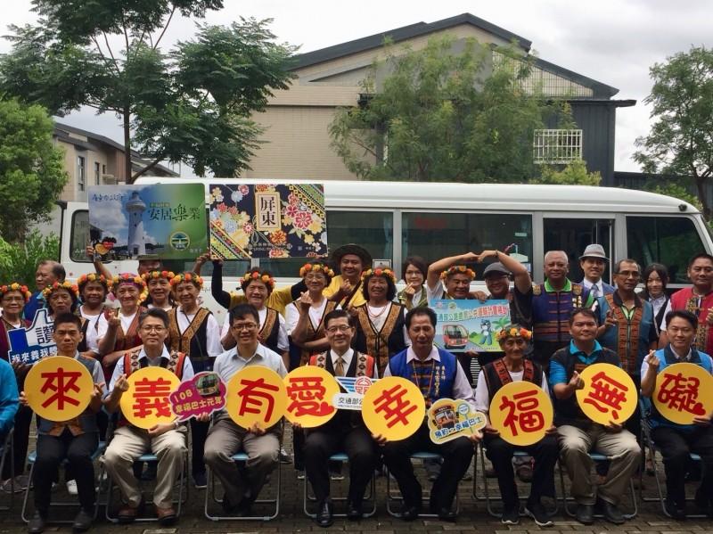 公路總局為屏東縣來義鄉山區偏遠部落開闢的「幸福巴士」行駛路線今天通車,也是原鄉第一部無障礙幸福巴士。(屏東監理站提供)