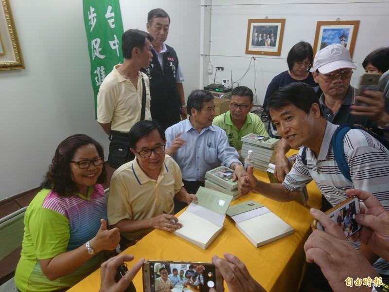扁迷要簽名也要合照,氣氛熱烈。(記者楊政郡攝)
