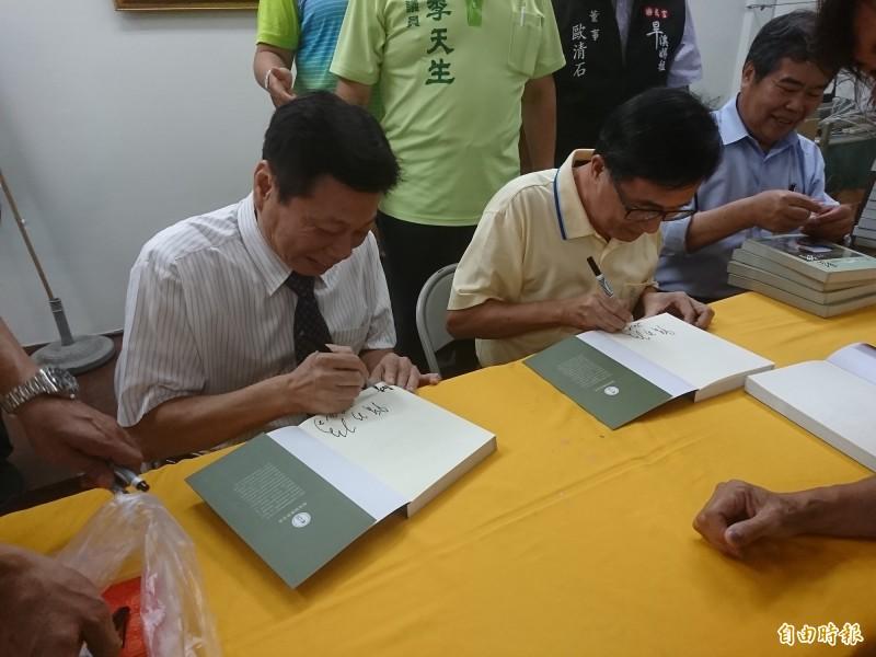 高大成醫師也來助陣,許多扁迷也是高迷,要他一起簽。(記者楊政郡攝)