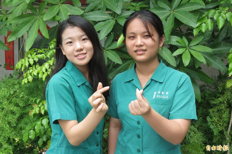 中女中一類榜首王昱婷(右),二、三類榜首張簡毓倫。(記者蘇孟娟攝)