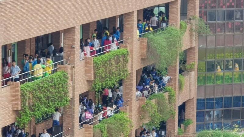 大學指考成績今出爐,圖為指考時考場裡考生休息的景象。(資料照)