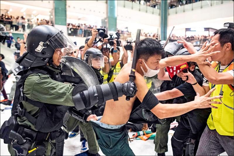 港警放假消息 誣示威者斷警手指