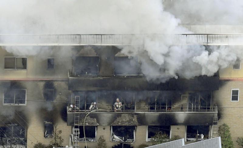 京都動畫遭縱火,3層樓建築瞬間陷入火海,最新統計共有33人死亡,35人受傷。(美聯社)