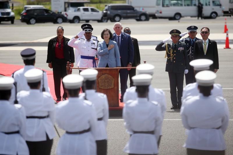 蔡英文抵達聖露西亞 總理查士納於機場親迎