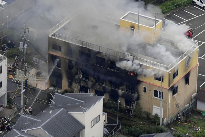 京都動畫遭縱火,3層樓建築瞬間陷入火海,傳出起火時建築物內約有70名人員。(美聯社)