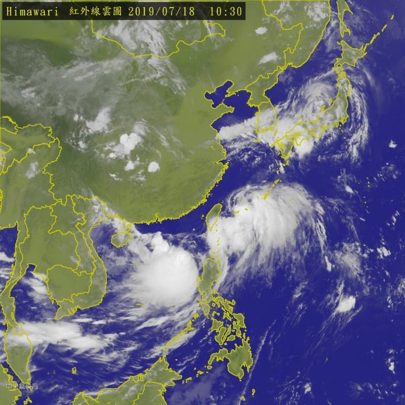 南海擾動有增強的趨勢,但氣象局仍認定其為低氣壓,雲系今晚北上,中南部需防強降雨的發生。(中央氣象局)