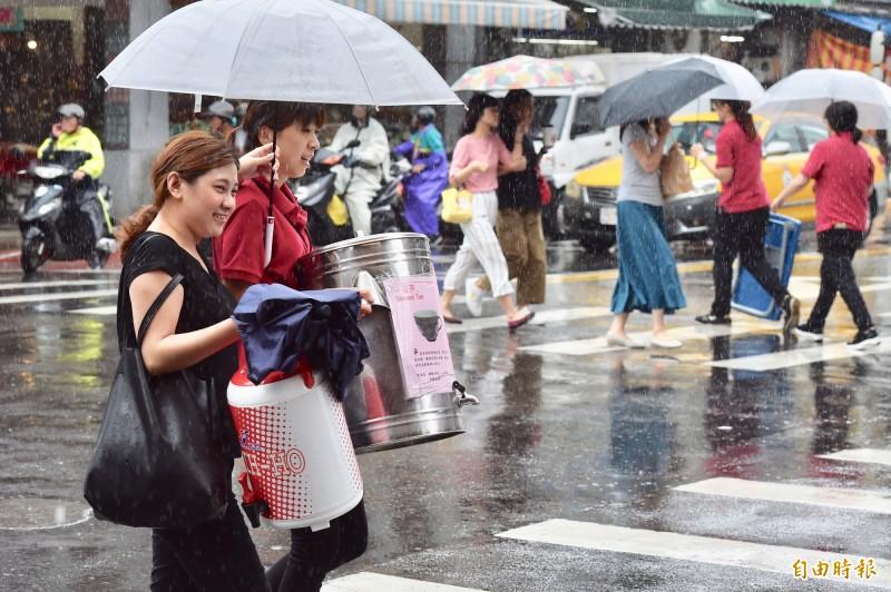 丹娜絲颱風雖遠離,但低壓明晨北上影響台灣,中南部及台東有持續降雨,甚至出現局部大雨或豪雨。其他地區也有短暫陣雨或雷雨,但降雨空檔較多。(記者塗建榮攝)