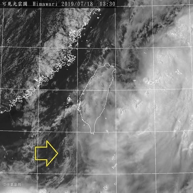 受到高低層分離影響,目前「91W」環流中心已經在屏東外海,但是強對流區還在更南邊,本身難以增強。(圖擷自鄭明典臉書)