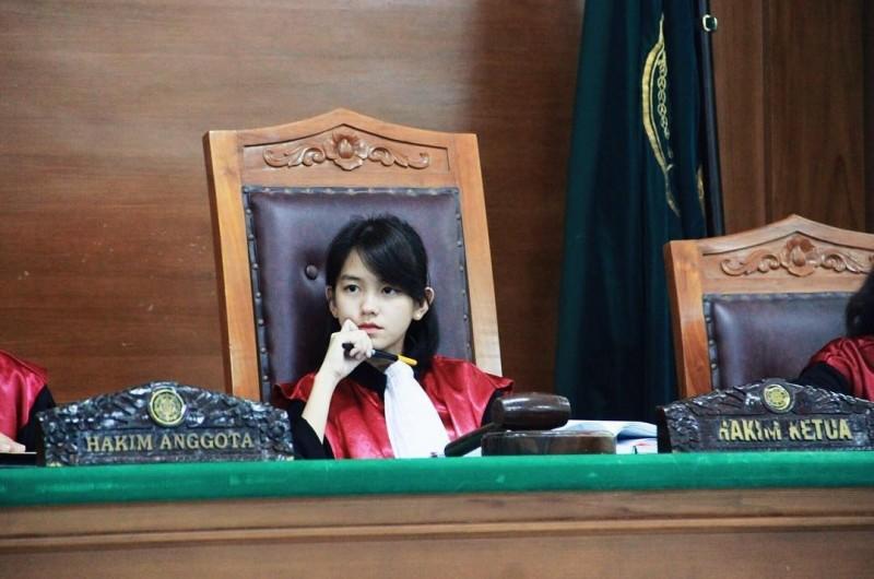 近日在推特上瘋傳一系列正妹法官的照片,清新童顏引起網友討論。(圖擷取自推特)