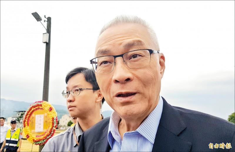 國民黨主席吳敦義昨日受訪時,向總統初選落敗的郭台銘溫情喊話,盼郭不要脫黨。(記者彭健禮攝)