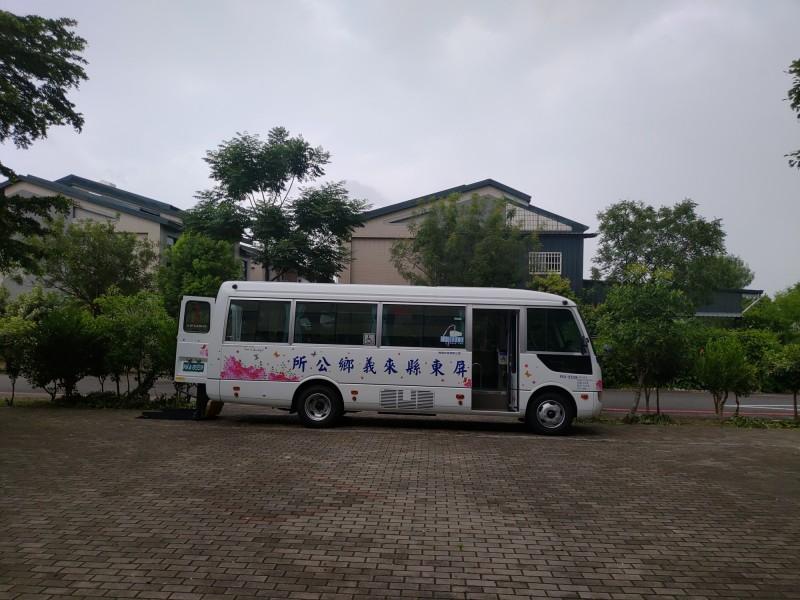 來義鄉幸福巴士是寬敞的中巴。(圖由屏東縣政府提供)