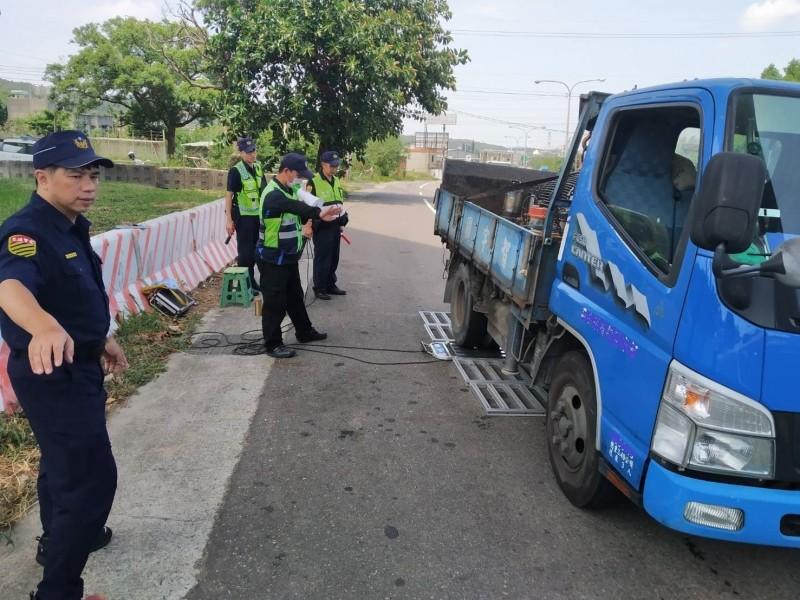 新竹縣政府警察局今年以來加強執行路檢取締勤務;交通隊統計上半年取締砂石車、大貨車等10項違規,合計2517件,其中以超速1051件最多。(記者廖雪茹翻攝)