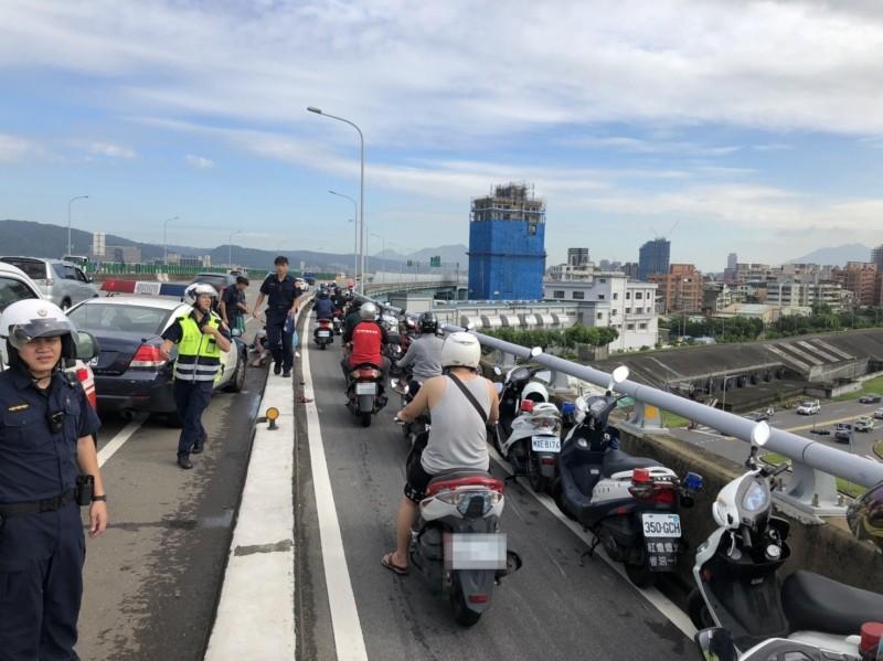趕上班?台65線跨河機車道連8撞3人受傷