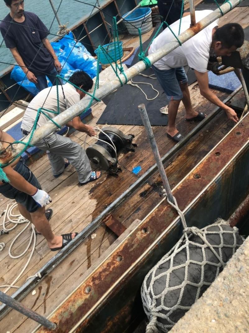 越界中國漁船除了罰鍰外,並切割籠具,迫使漁船返回母港補給。(澎湖海巡隊提供)