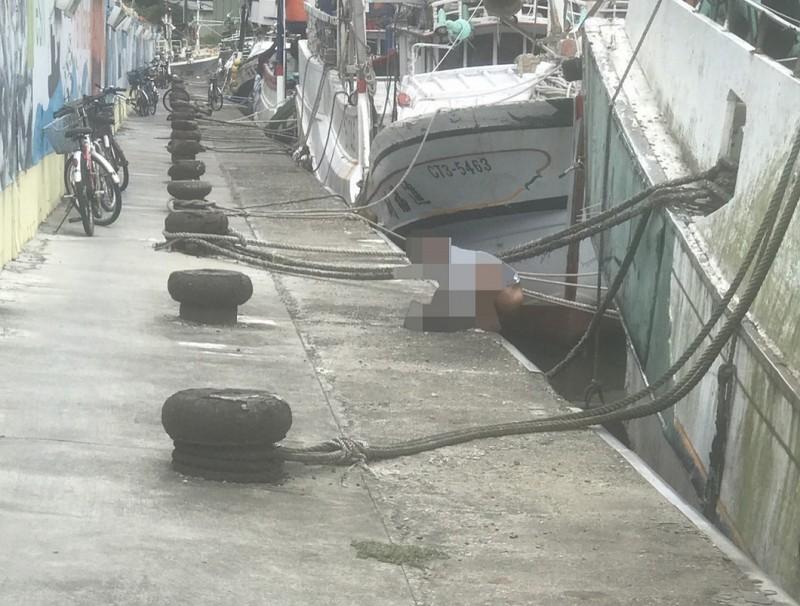男子漁港公然洩「糞」 民眾驚嘆:怎麼是台灣人