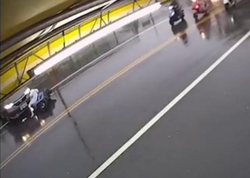駛離停車場害女騎士撞上卡住 男駕駛見血嚇傻躲車上不出來...