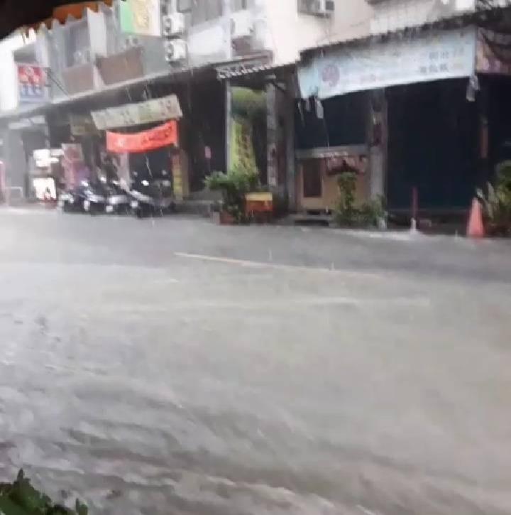 高雄市部分行政區已開始積淹水,圖為大寮區進學路。(記者洪定宏翻攝)