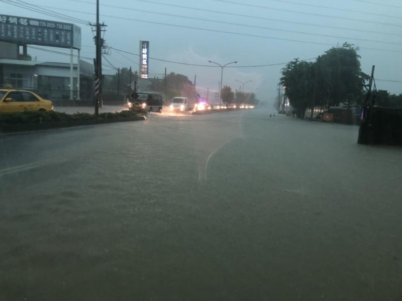 高雄下起大雨,路面積水嚴重。(記者洪臣宏翻攝)