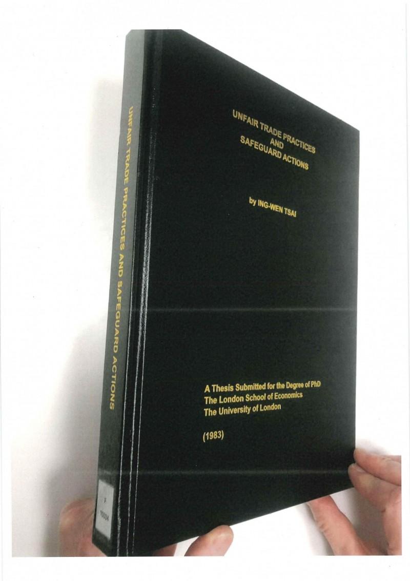教育部駐英代表與倫敦政經學院接洽,翻找出總統蔡英文的升等論文典藏,就放在該校圖書館的特藏閱覽區。(教育部提供)