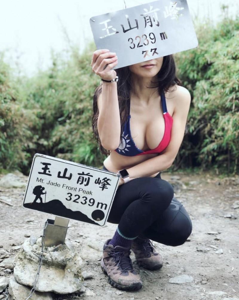 正妹Summer Lu在登頂玉山前,先在玉山主峰露出國旗比基尼照,展現好身材。(記者蔡淑媛翻攝自Summer Lu臉書)
