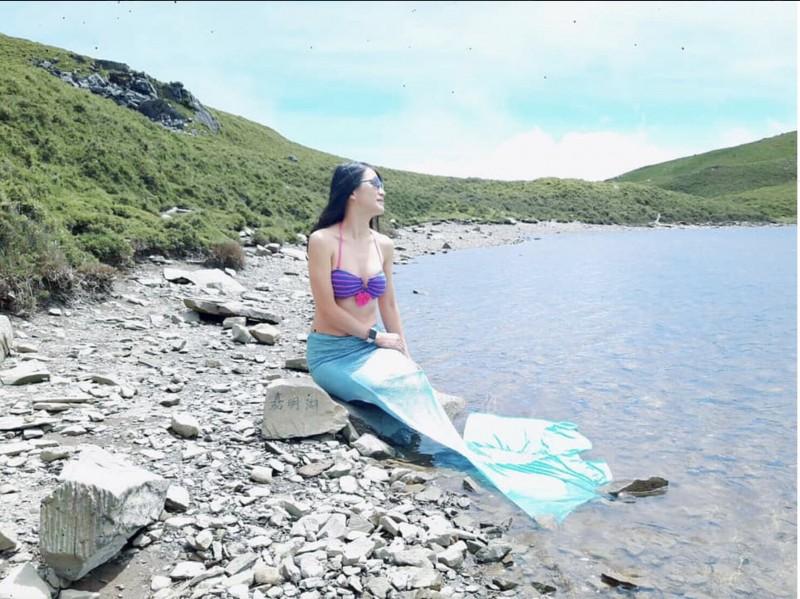 正妹Summer Lu在嘉明湖穿上美人魚裝。(記者蔡淑媛翻攝自Summer Lu臉書)