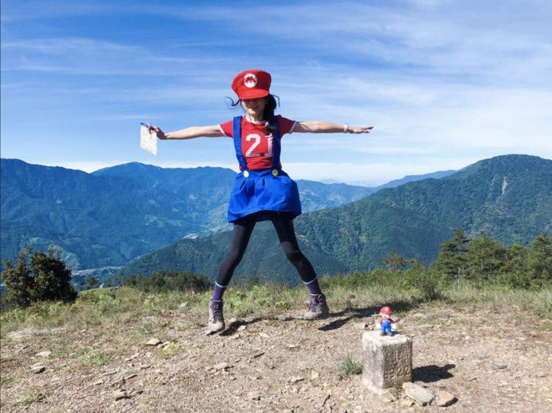 正妹Summer Lu登上馬武霸山時穿上瑪利兄弟裝。(記者蔡淑媛翻攝自Summer Lu臉書)