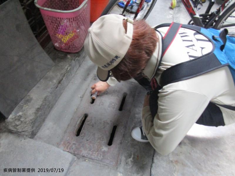 疾管署防疫人員在高雄市前鎮區瑞昌里執行孳生源查核及預防性投藥。(疾管署提供)