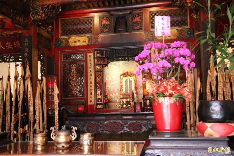 義民廟神龕(中)、跟左右2側的黑令旗都代表義民爺,將在本週日早上的「恭迎義民爺爺」儀式中被迎請到今年的輪值祭典區,接受為期1個月信眾的奉飯。(記者黃美珠攝)