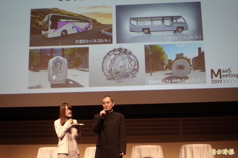 國光客運副董事長吳定發(右)19日在日本舉行的「MaaS Meeting 2019」活動中,公布由該公司設計的3款大中小電動城市巴士。(記者林翠儀攝)