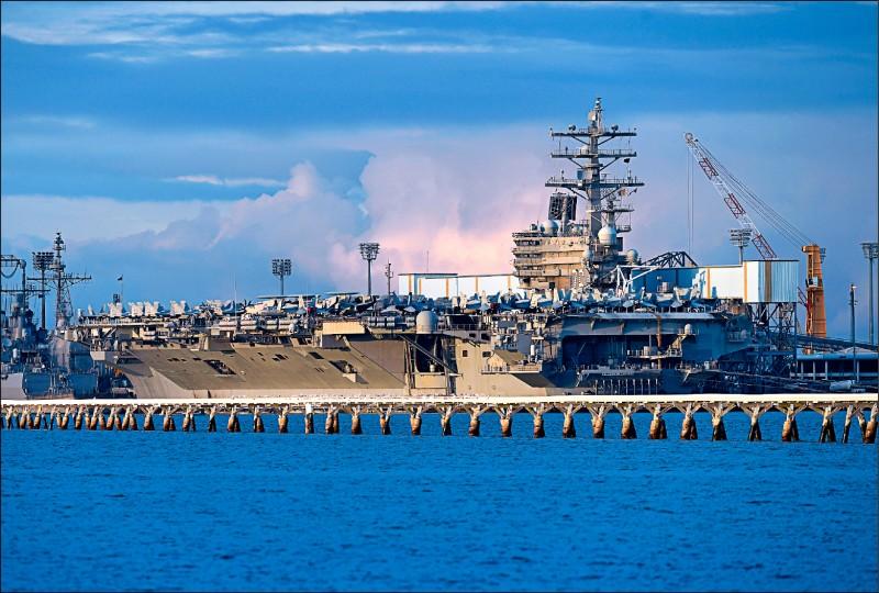 美國與澳洲兩軍兩年一度的聯合軍演「護身軍刀」,已於七日展開,今年的參演國家、兵力和機艦都增加。圖為擔任指揮艦的美國海軍航空母艦「雷根號」,八日停泊在澳洲布里斯本港。(歐新社)