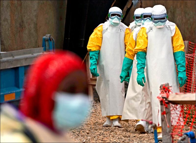 世衛十七日宣告,剛果民主共和國的伊波拉疫情已構成公衛緊急事件。圖為剛國東部城市貝尼伊波拉治療中心,醫療人員全身穿著防護裝備。 (美聯社)