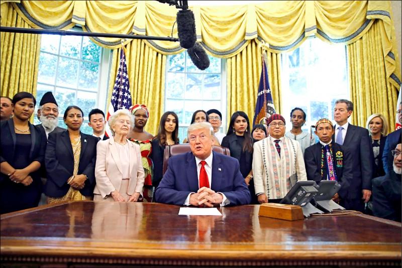 美國總統川普十七日在白宮與來自十七個國家的廿七名宗教迫害倖存者會面。(美聯社)